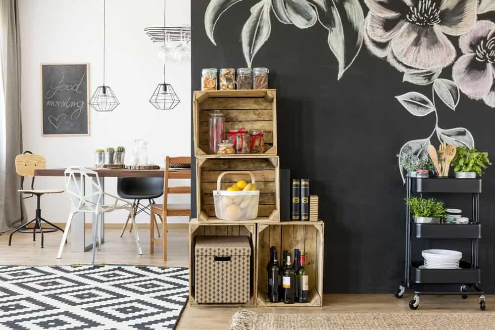 Dekorative und praktische Obstkisten an der Wand als Ablage in einer Küche