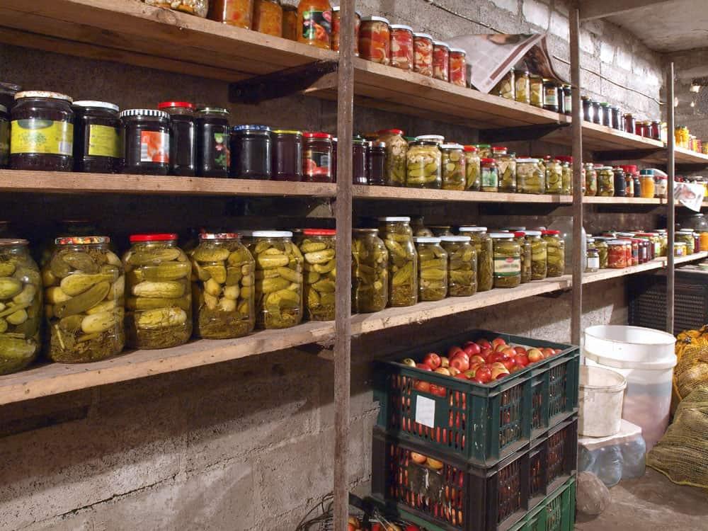 Gut gefülltes Kellerregal mit Vorräten und Einmachgläsern