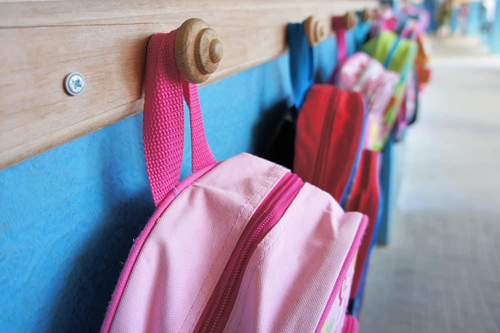 Kindergartentaschen an der Garderobe