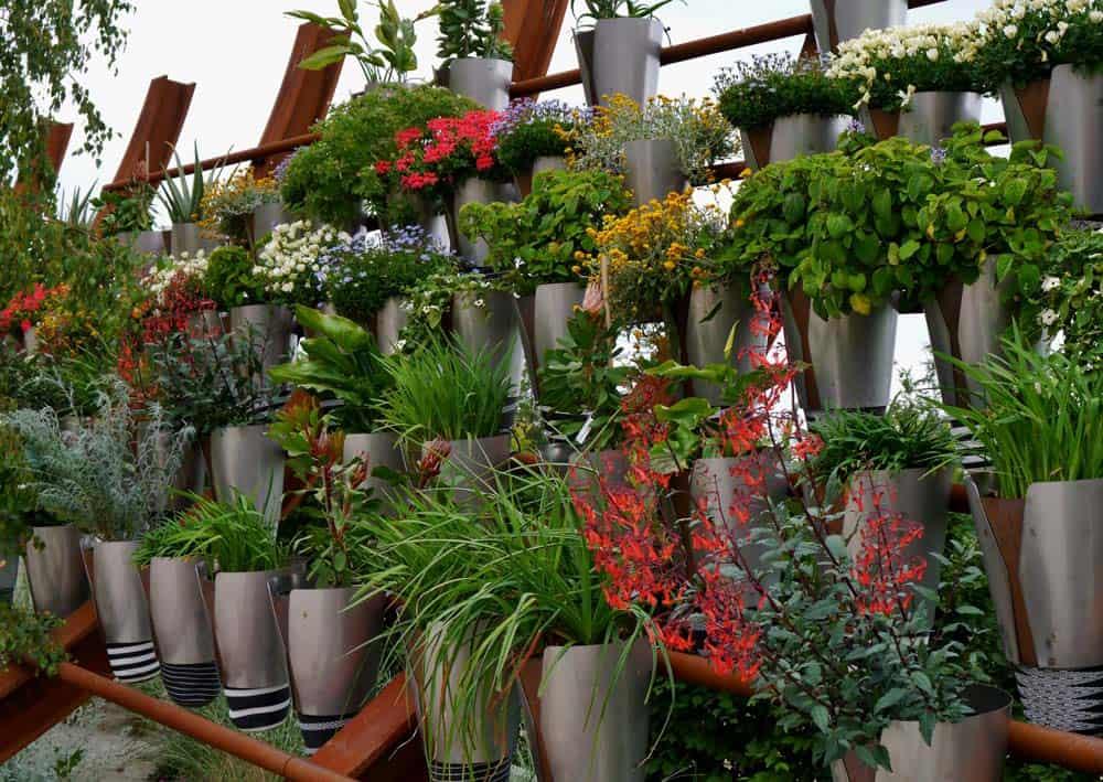 Blumenständer aus Metall aufgereiht auf mehreren Etagen