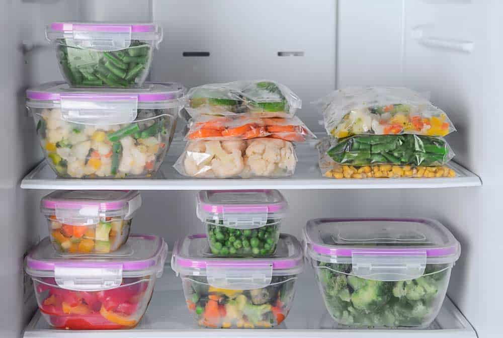 Ordentlich sortierter Kühlschrank mit Dosen und Tüten für viel Ordnung im Kühlschrank