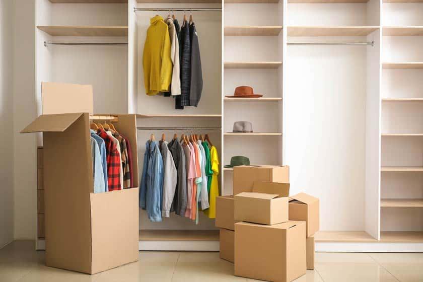 Kleiderboxen vor Kleiderschrank