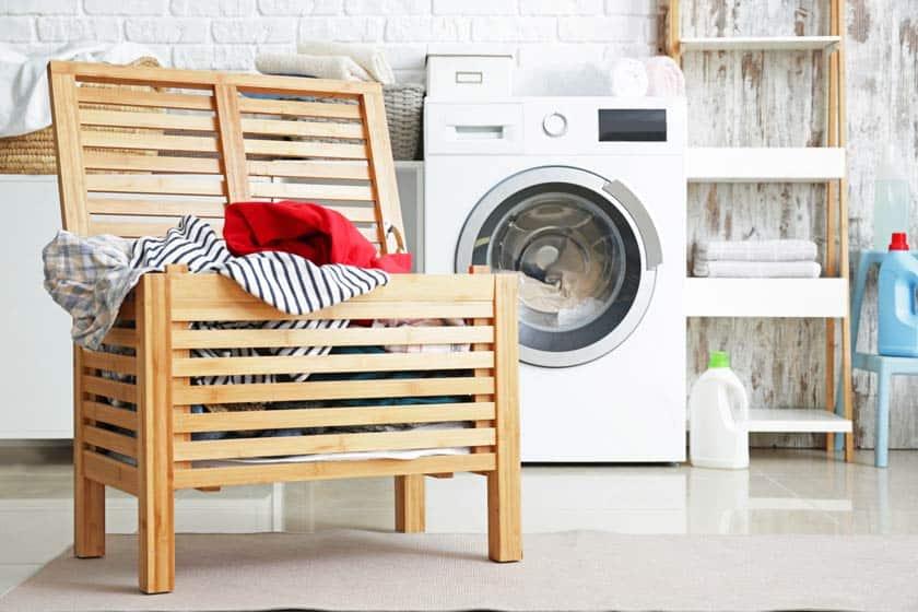 Offene Wäschetruhe vor Waschmaschine